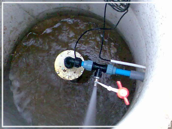 почему вода из скважины идет с воздухом