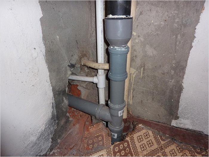 протекает канализационная труба