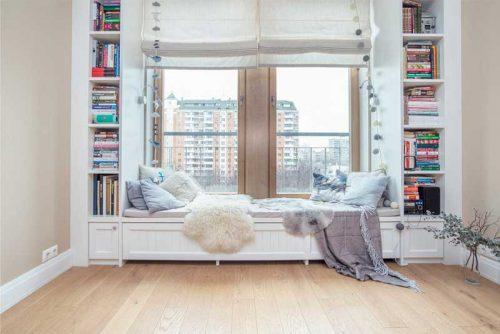 спальное место на подоконнике