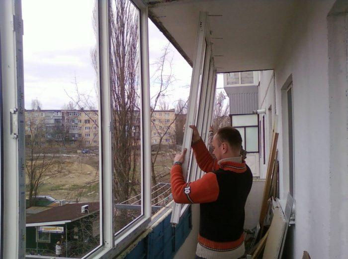 демонтаж остекления балкона