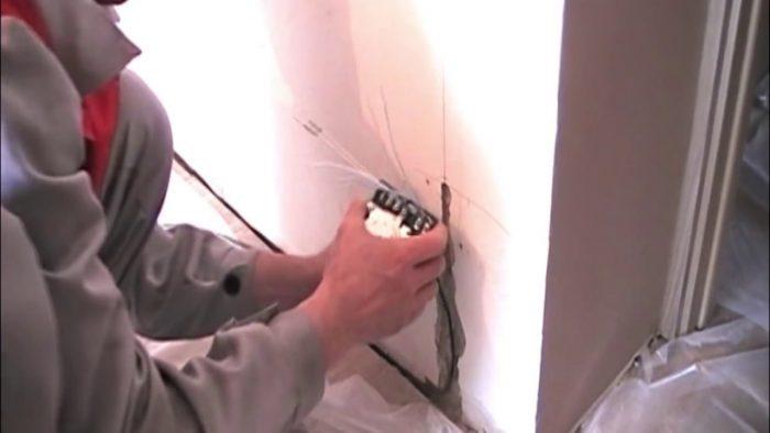 монтаж электрической системы теплых плинтусов