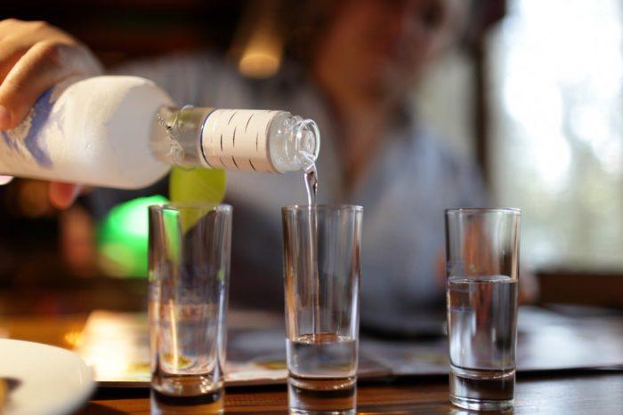 люди пьют водку