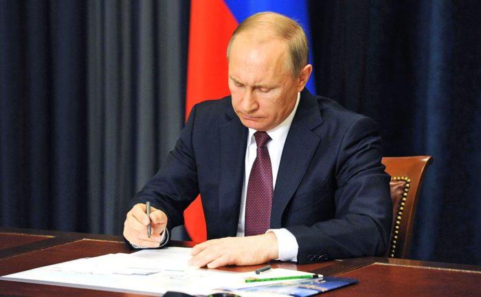 Путин подписывает закон