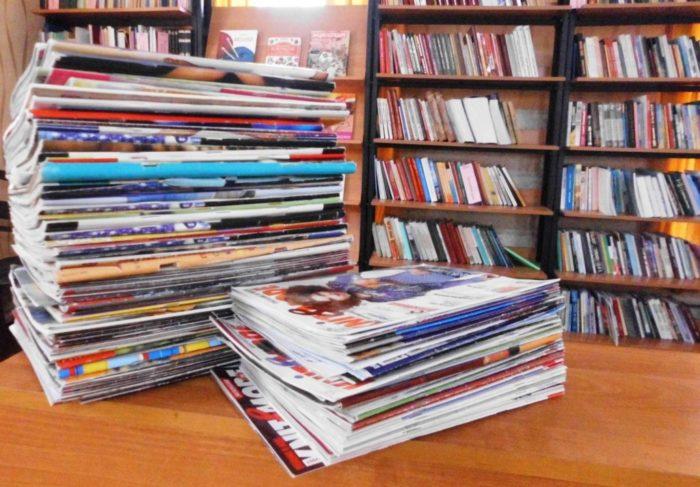 стопки книг и журналов