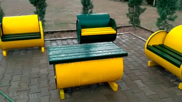 скамейки из старых металлических бочек