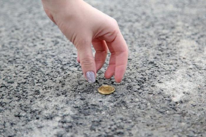 монеты на улице