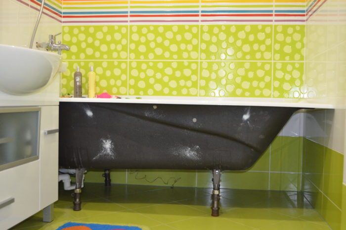 Пространство под ванной