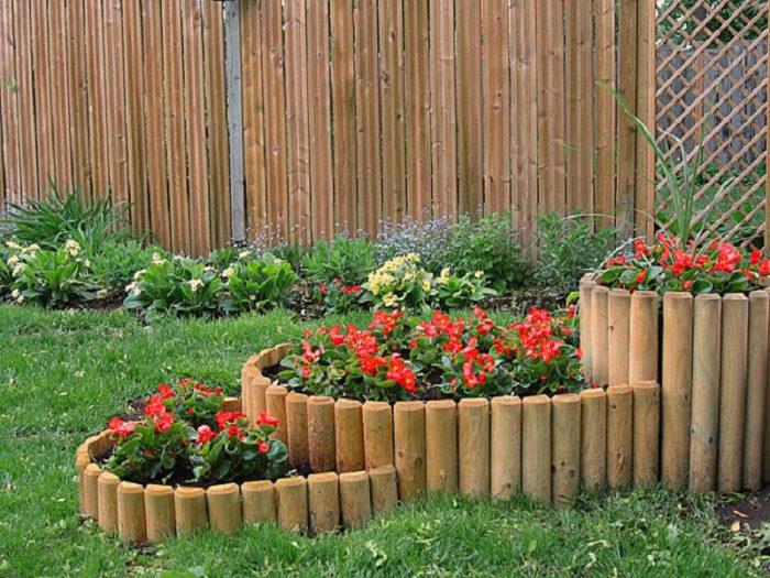 забор из деревянных колышков