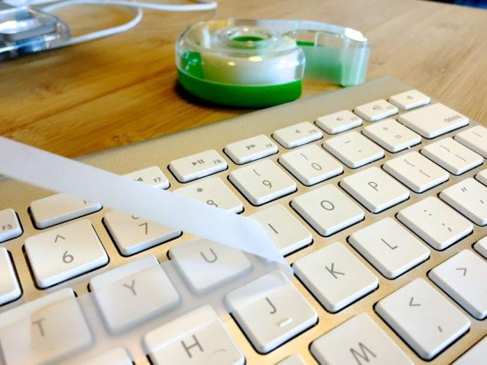 чистим клавиатуру скотчем
