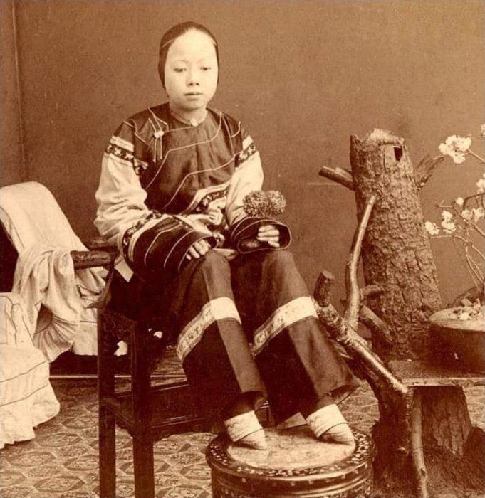 китайская девочка с маленькими ступнями