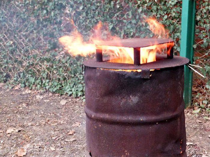 Правильно сжечь мусор на участке в бочке