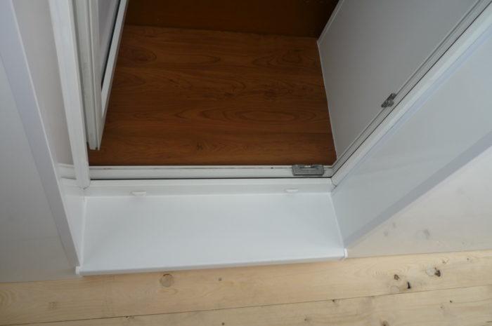 Облицовка пластиком порожка на балкон