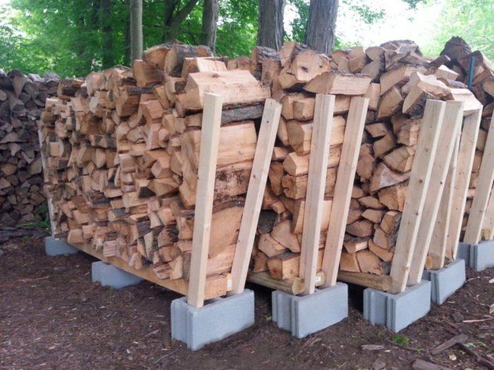 хранение дров на бетонных блоках