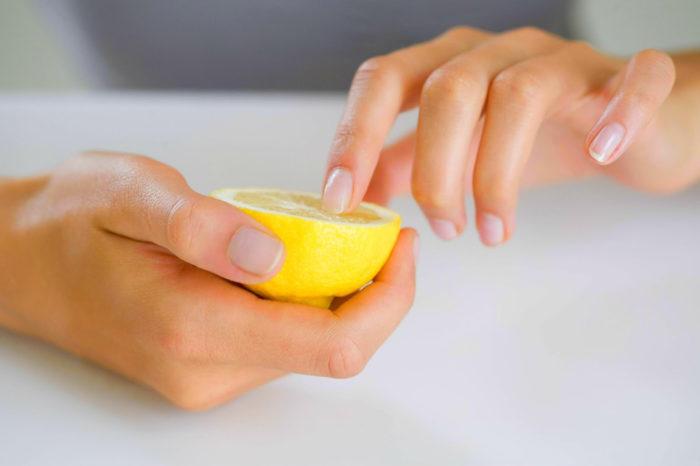 чистим ногти лимоном после сада