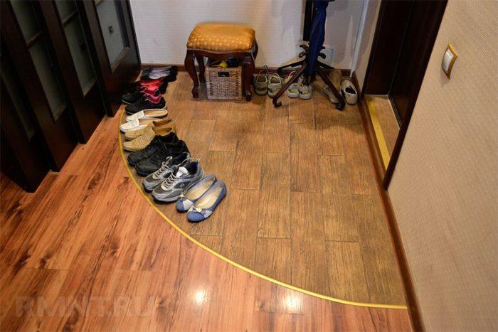 обувь в прихожей на полу