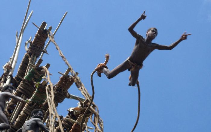 прыгают с башни в Меланезии