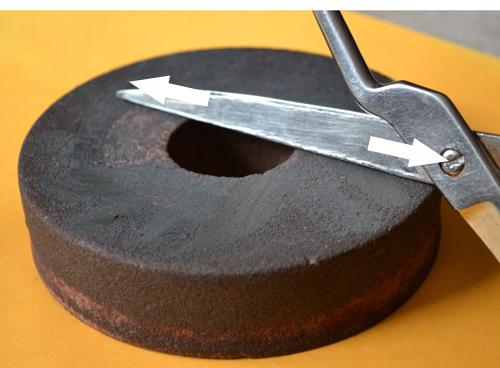 заточка ножниц точильным камнем