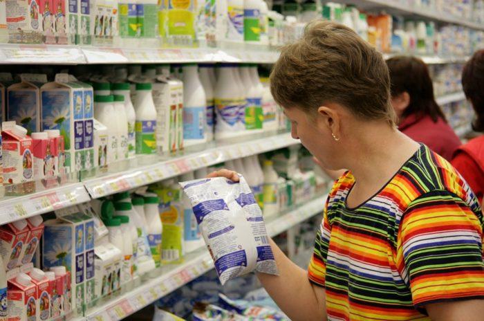 выбор молочных продуктов в супермаркете