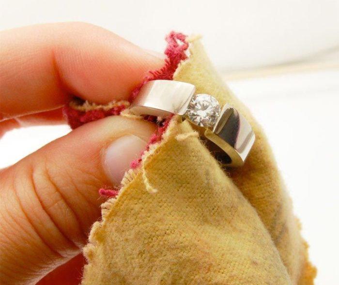 чистка золотых украшений с камнями