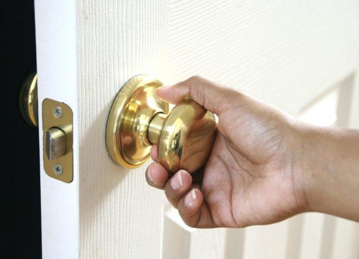 Почему скрипит дверь