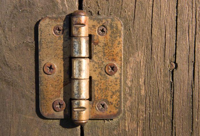 Старые дверные петли
