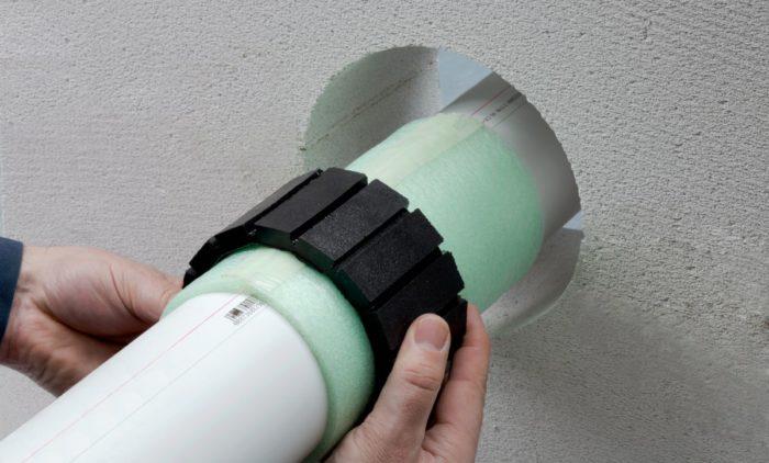 Укладка звукоизоляционного материала вокруг труб канализации