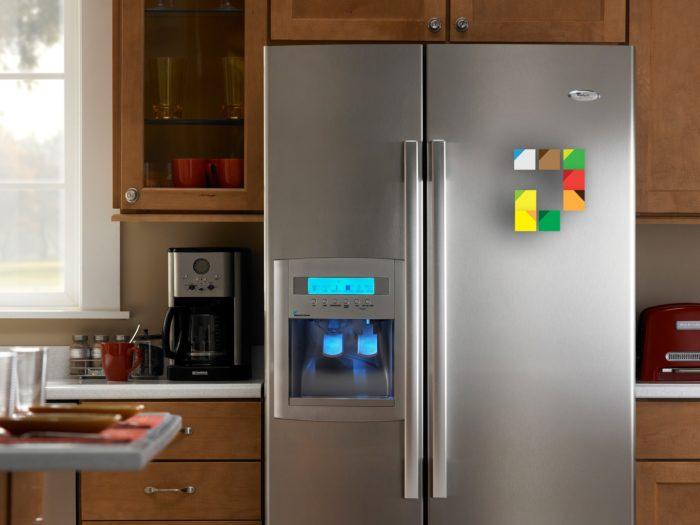 холодильник включен в розетку
