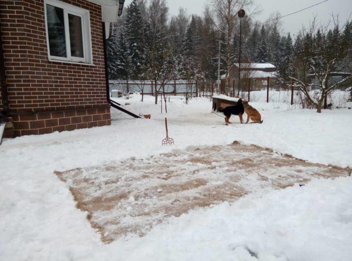 очистка ковра при помощи снега