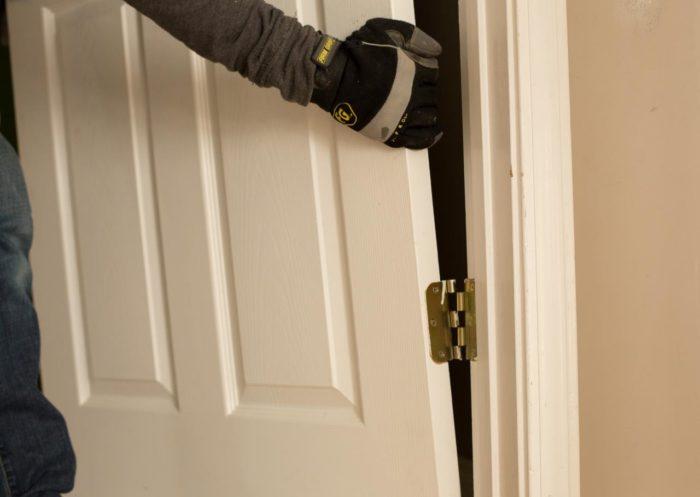 снимаем двери с петель