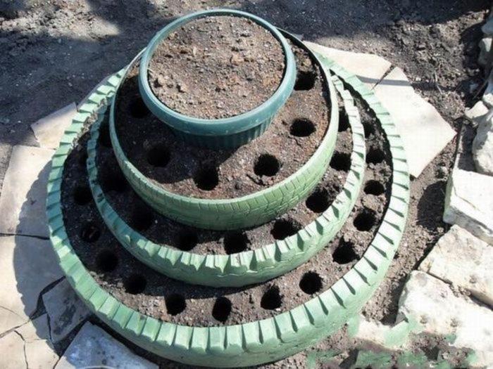 Вертикальная грядка из отслуживших шин