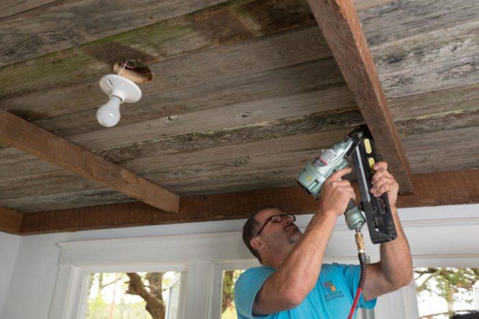 Чем отделать потолок на даче