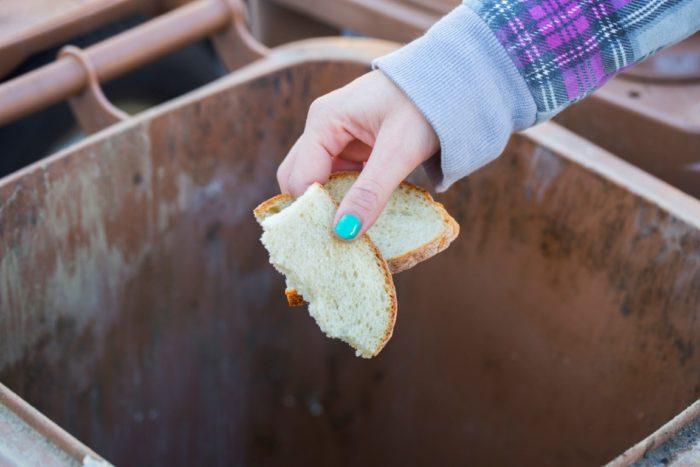 нельзя выбрасывать хлеб