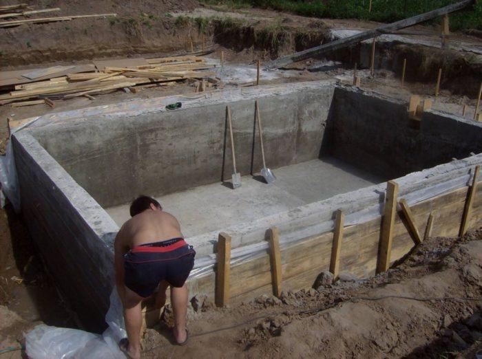 снимаем опалубку с бассейна