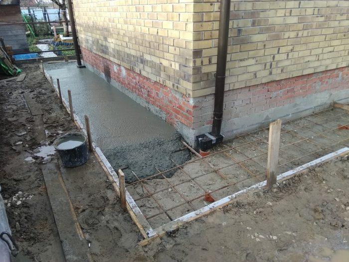 Заливка отмостки бетоном