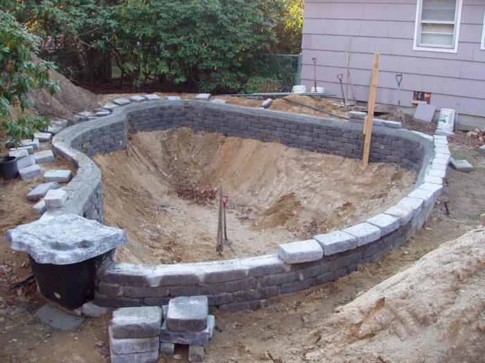 создание бассейна на даче из глины и камней