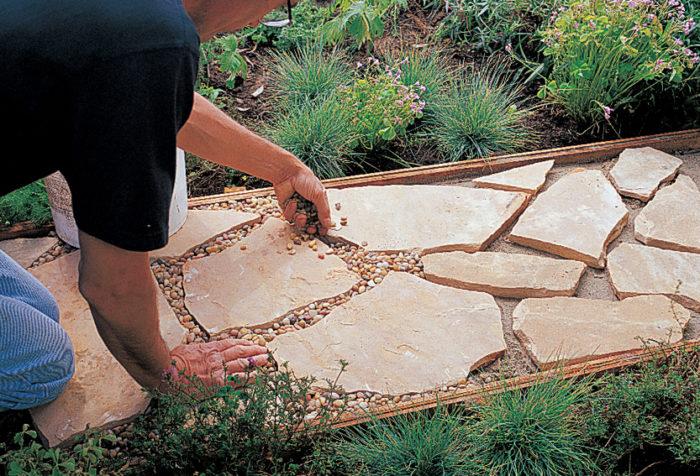 укладка дорожки из природного камня