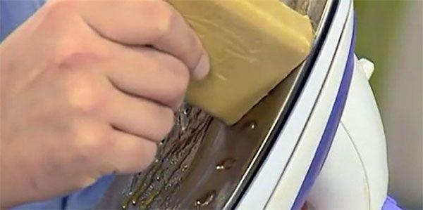 натираем утюг мылом