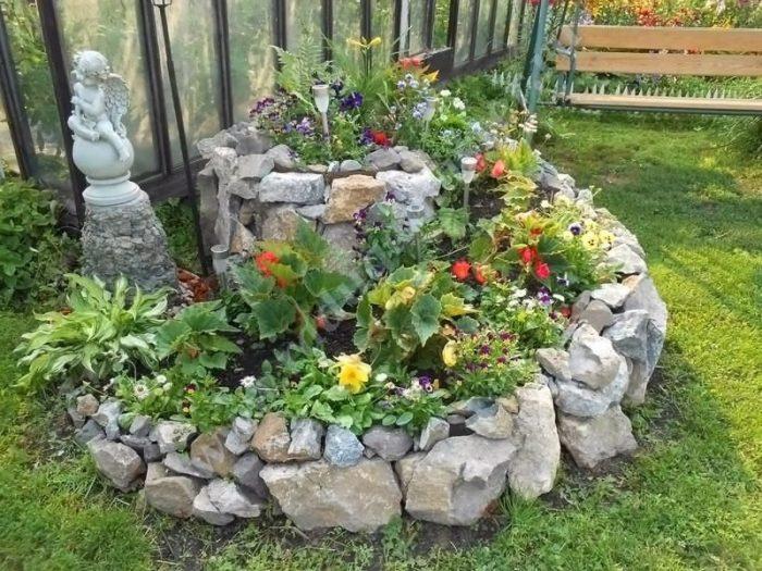 не обкладывайте цветники камнями