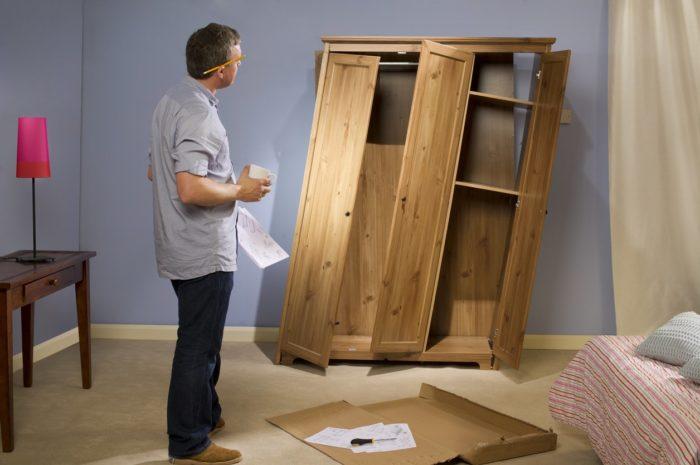 поломанные дверцы мебели