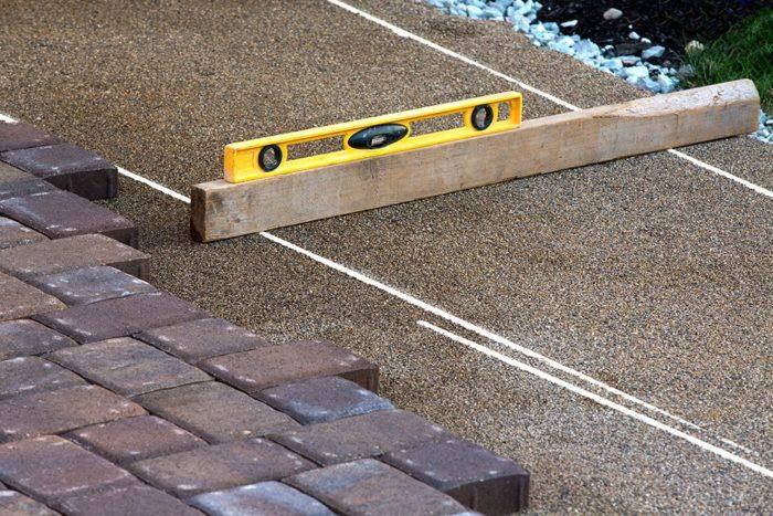укладка тротуарной плитки по уровню