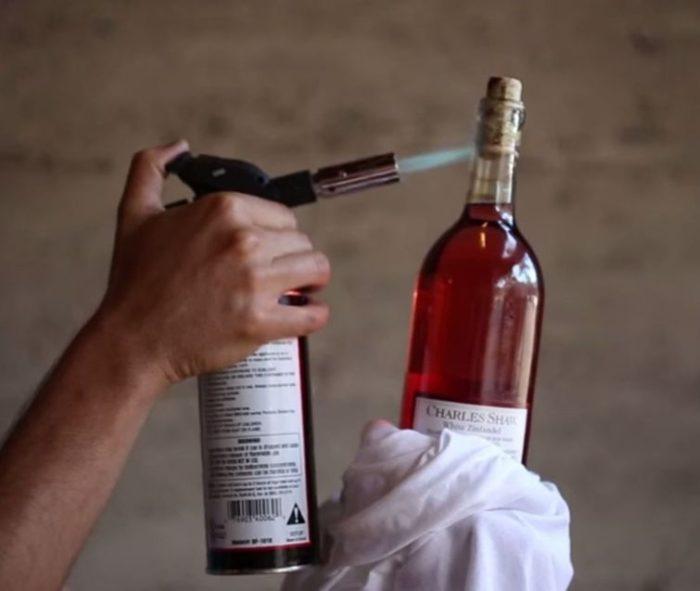 открываем бутылку зажигалкой