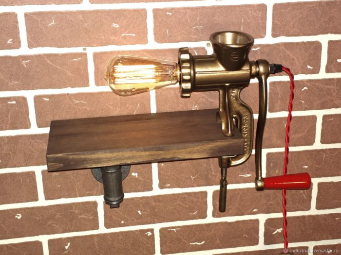 Настенный светильник из старой мясорубки