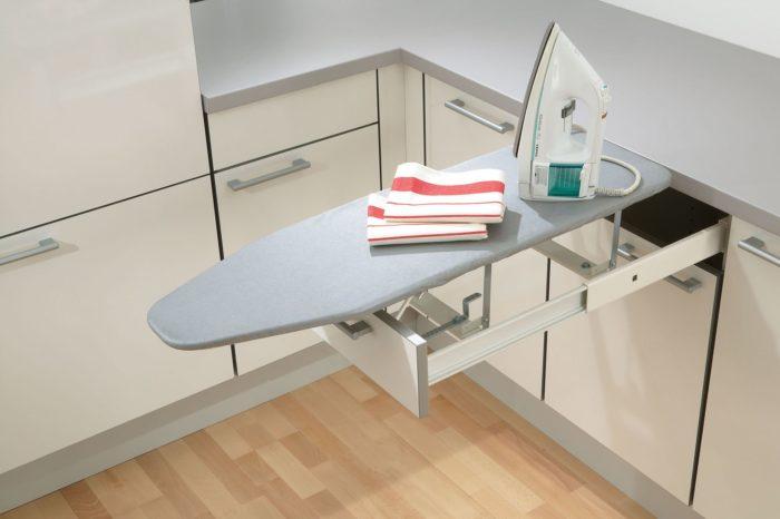 Гладильная доска под столешницей на кухне