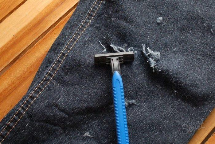 Делаем дырки на джинсах бритвой