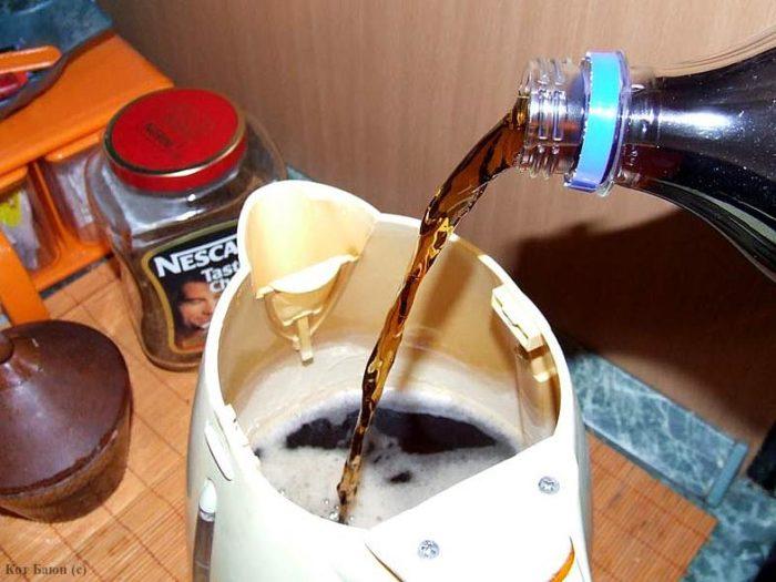 удаление накипи из чайника газированной водой