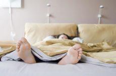 почему нельзя спать ногами к двери