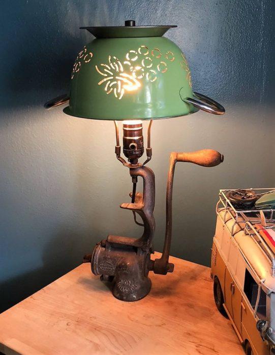 Оригинальный светильник из старой мясорубки