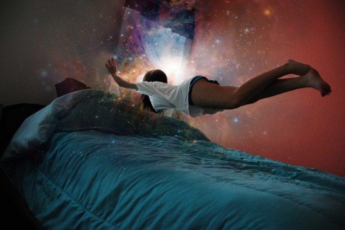 можно ли спать ногами к стенке