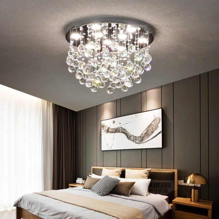 массивная люстра в спальне