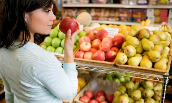 выбор качественных продуктов в магазине